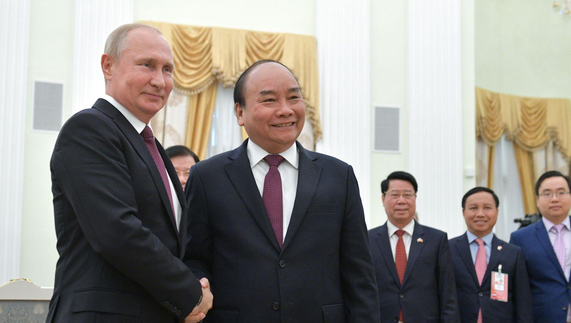 Tổng thống Nga Vladimir Putin tiếp đón Thủ tướng Việt Nam Nguyễn Xuân Phúc - Sputnik Việt Nam, 1920, 05.04.2021