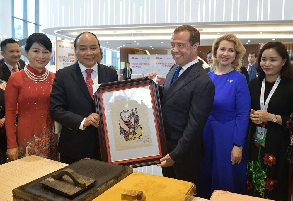 Thủ tướng Việt Nam Nguyễn Xuân Phúc đã ký bức tranh Đông Hồ và tặng cho người đồng cấp Nga