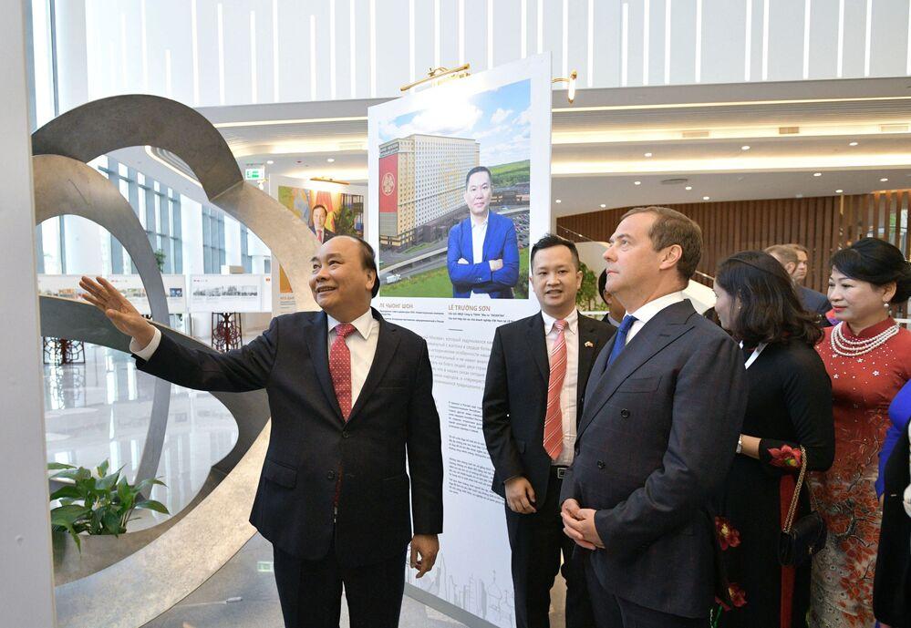 Thủ tướng Nga Dmitry Medvedev và Thủ tướng Việt Nam Nguyễn Xuân Phúc cùng các phu nhân tham quan triển lãm tại sảnh Phòng hòa nhạc Zaryadye trong khuôn khổ Năm chéo hữu nghị Nga Việt