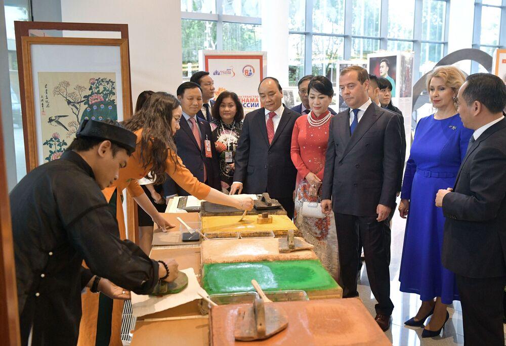 Thủ tướng Dmitry Medvedev và Thủ tướng Việt Nam Nguyễn Xuân Phúc xem tranh dân gian Việt Nam Đông Hồ, triển lãm tại sảnh Phòng hòa nhạc Zaryadye trong khuôn khổ Năm chéo hữu nghị Nga Việt.