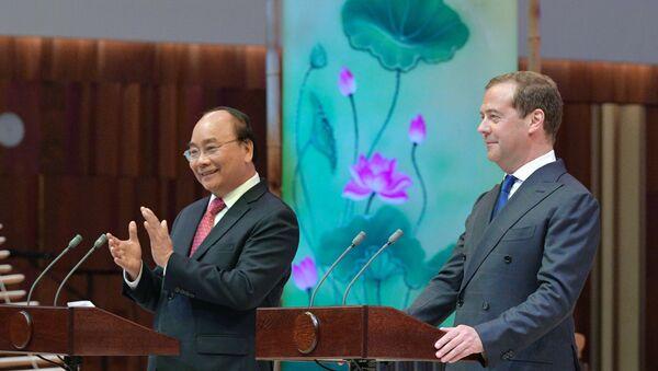 Thủ tướng Dmitry Medvedev và Thủ tướng Việt Nam Nguyễn Xuân Phúc tại Phòng hòa nhạc Zaryadye, dự lễ khai mạc Năm chéo hữu nghị Nga Việt 2019-2020 - Sputnik Việt Nam