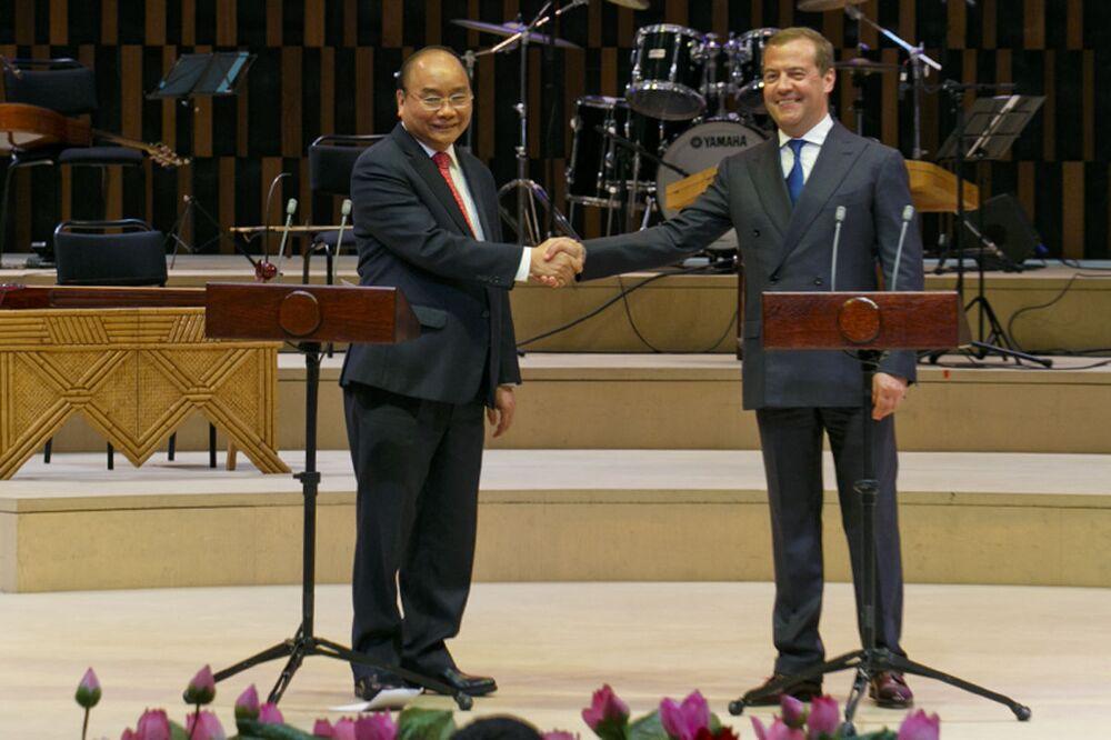 Thủ tướng Dmitry Medvedev và Thủ tướng Việt Nam Nguyễn Xuân Phúc tại Phòng hòa nhạc Zaryadye, dự lễ khai mạc Năm chéo hữu nghị Nga Việt 2019-2020
