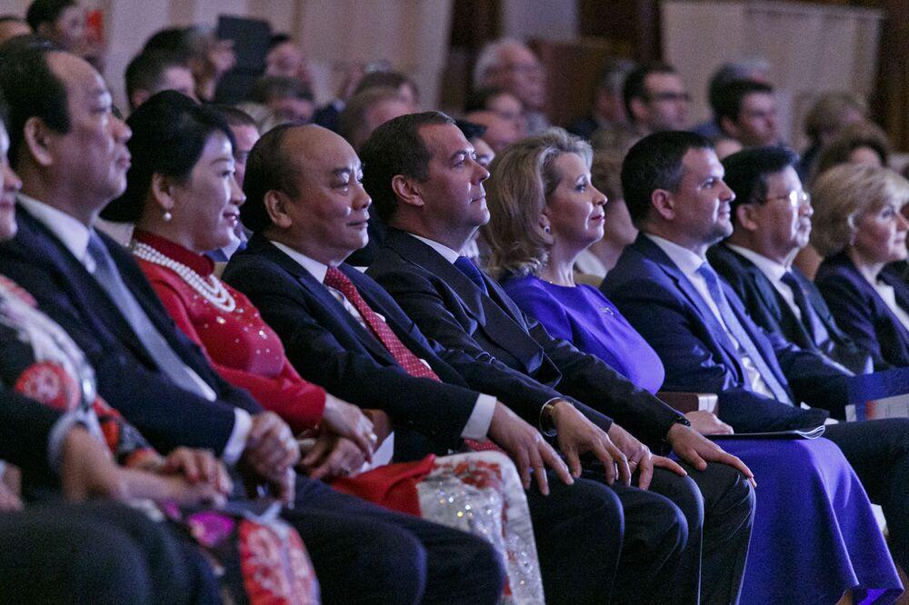 Thủ tướng Dmitry Medvedev cùng với phu nhân Svetlana và Thủ tướng Việt Nam Nguyễn Xuân Phúc cùng phu nhân Trần Nguyệt Thu tại buổi hòa nhạc khai mạc Năm chéo hữu nghị Nga Việt