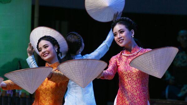 Tiết mục biểu diễn của các nghệ sĩ Việt Nam tại chương trình ca nhạc khai mạc Năm chéo hữu nghị Nga Việt - Sputnik Việt Nam