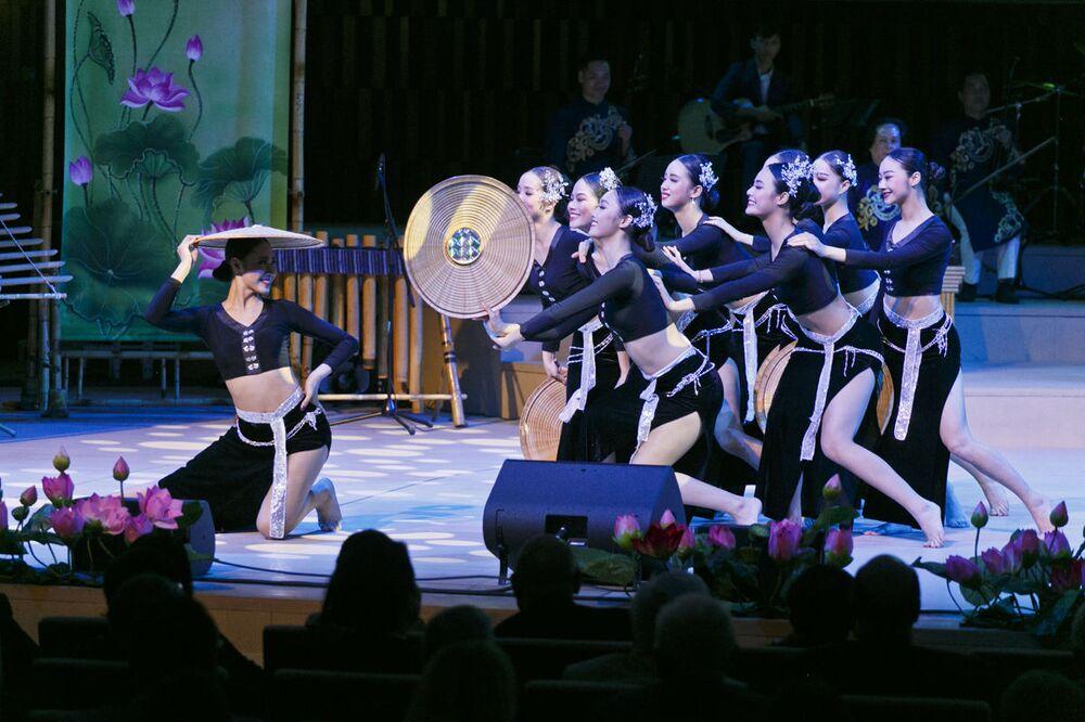 Tiết mục biểu diễn của các nghệ sĩ Việt Nam tại chương trình ca nhạc khai mạc Năm chéo hữu nghị Nga Việt