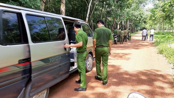 Cảnh sát vào rừng cao su, truy tìm dấu vết để phá án vụ đổ bê tông 2 thi thể ở Bình Dương - Sputnik Việt Nam