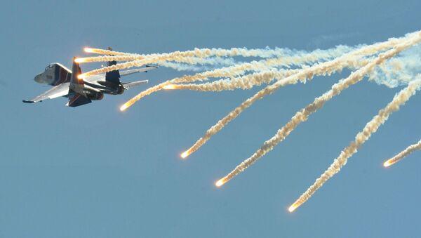 Máy bay chiến đấu đa năng Su-30SM của đội nhào lộn trên không «Hiệp sĩ Nga» thực hiện chuyến bay trình diễn trong Ngày mở cửa  tại Khu liên hợp khoa học-kỹ thuật hàng không Taganrog mang tên G.M. Beriev - Sputnik Việt Nam
