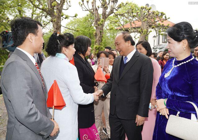 Bà con kiều bào tại Thụy Điển đón Thủ tướng Nguyễn Xuân Phúc và phu nhân