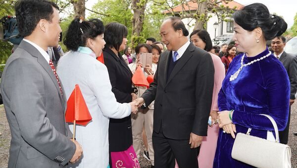 Bà con kiều bào tại Thụy Điển đón Thủ tướng Nguyễn Xuân Phúc và phu nhân - Sputnik Việt Nam