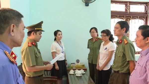 Công an đọc lệnh khởi tố Phó Giám đốc Sở Giáo dục Sơn La và chuyên viên phòng Khảo thí và Quản lý chất lượng trong vụ gian lận điểm thi - Sputnik Việt Nam