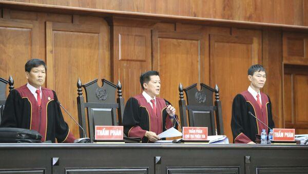 Hội đồng xét xử đọc Quyết định đưa vụ án ra xét xử phúc thẩm.  - Sputnik Việt Nam