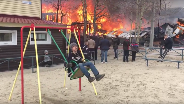 Cậu bé người Nga chơi đu trong nền đám cháy nổi tiếng trên mạng    - Sputnik Việt Nam