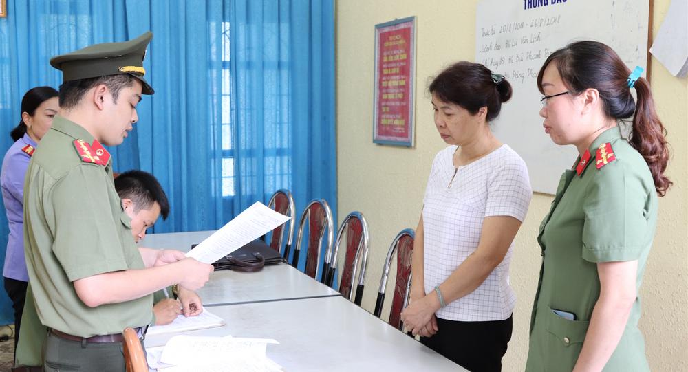 Công an tỉnh Sơn La ra quyết định khởi tố bị can đối với Nguyễn Thanh Nhàn (áo trắng).