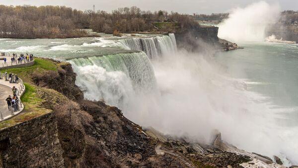 Khách du lịch trên đài quan sát Công viên quốc gia Thác Niagara ở bang New York, Hoa Kỳ - Sputnik Việt Nam