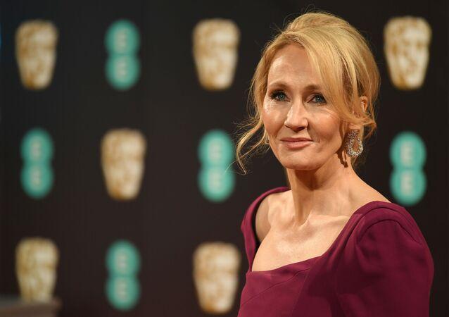 Nữ văn sĩ người Anh J. Rowling