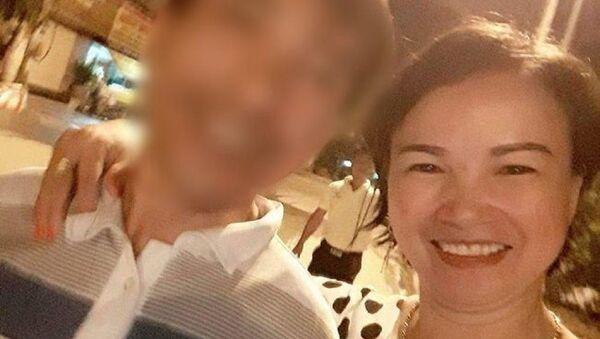 Bức ảnh được cho là bố nữ sinh giao gà ở Điện Biên chụp cùng bà Trần Thị Hiền. - Sputnik Việt Nam