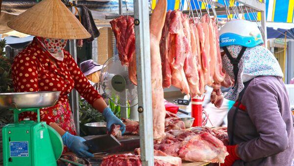 Người dân chọn mua sản phẩm thịt lợn sạch tại chợ phường 7, thành phố Cà Mau. - Sputnik Việt Nam