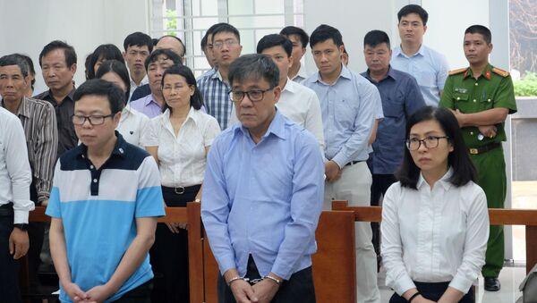 Cựu Tổng giám đốc PVEP Đỗ Văn Khạnh (đứng giữa) - Sputnik Việt Nam