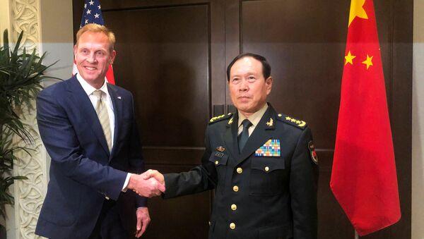Bộ Trưởng Quốc phòng Mỹ Patrick Shanahan và Bộ Trưởng Quốc phòng Trung Quốc Ngụy Phượng Hòa gặp bên lề Đối thoại Shangri-la ở Singapore hôm 31-5 năm 2019 - Sputnik Việt Nam