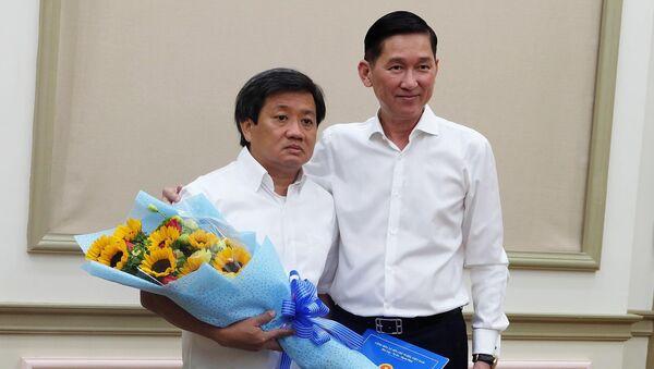 Phó Chủ tịch UBND TPHCM Trần Vĩnh Tuyến trao quyết định nhiệm vụ mới cho ông Đoàn Ngọc Hải - Sputnik Việt Nam