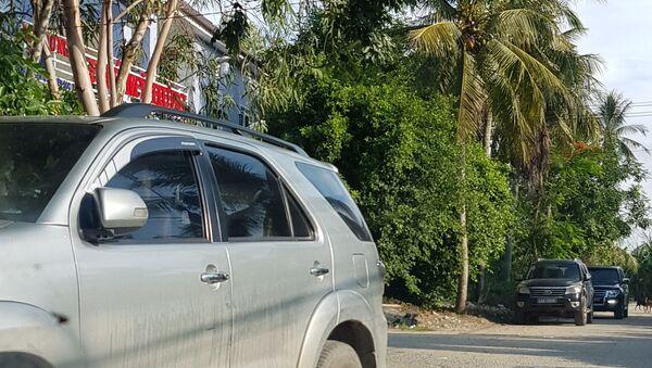 Nhiều xe biển xanh của công an trước kho xăng dầu của doanh nghiệp Mỹ Hưng - Sputnik Việt Nam