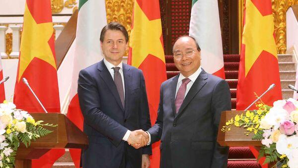 Thủ tướng Nguyễn Xuân Phúc và Thủ tướng Cộng hòa Italy Giuseppe Conte tại buổi gặp gỡ báo chí.  - Sputnik Việt Nam