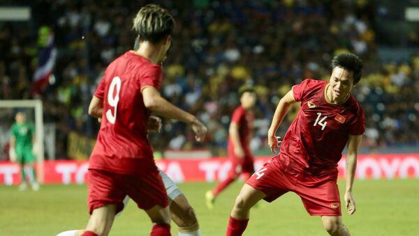 Văn Toàn (số 9) và Tuấn Anh (số 14) quây bắt tiền vệ Thái Lan.  - Sputnik Việt Nam