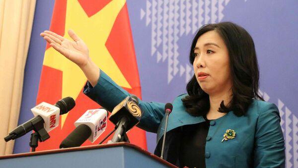 Người Phát ngôn Bộ Ngoại giao Lê Thị Thu Hằng chủ trì họp báo.  - Sputnik Việt Nam
