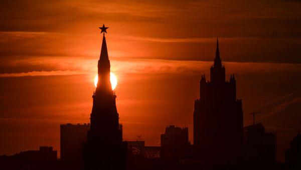 Một trong những ngọn tháp của điện Kremlin  Moskva vào lúc hoàng hôn - Sputnik Việt Nam