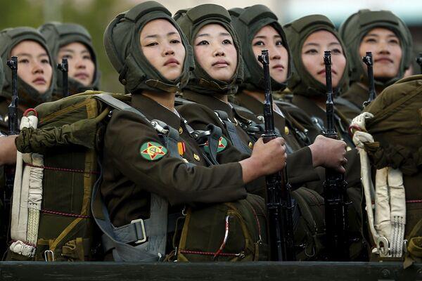 Những người tham gia cuộc diễu binh ở Bình Nhưỡng - Sputnik Việt Nam