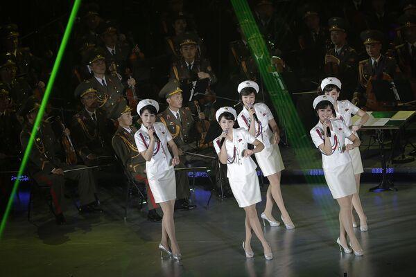 Những người tham dự buổi hòa nhạc nhân dịp kỷ niệm lần thứ 70 ngày thành lập đảng cầm quyền ở Bình Nhưỡng, Bắc Triều Tiên - Sputnik Việt Nam
