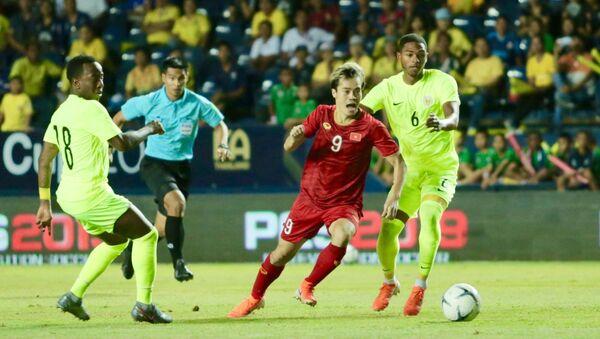 Tiền đạo Văn Toàn (9) tìm cách vượt qua 2 hậu vệ Elson Quincy Hooi (18) và Michael Madionis Mateo Maria (6) của Curacao.  - Sputnik Việt Nam