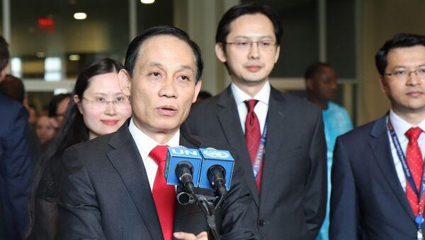 Thứ trưởng Bộ Ngoại giao Lê Hoài Trung trả lời phỏng vấn báo chí quốc tế.  - Sputnik Việt Nam