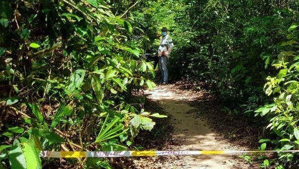 Cơ quan chức năng bảo vệ hiện trường, điều tra nguyên nhân nam thanh niên tử vong bất thường trong rừng vắng. - Sputnik Việt Nam