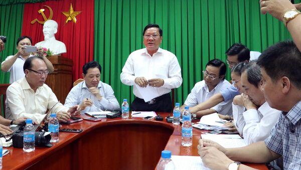 Phó Chủ tịch UBND tỉnh Sóc Trăng Lê Văn Hiểu phát biểu tại buổi họp báo.  - Sputnik Việt Nam