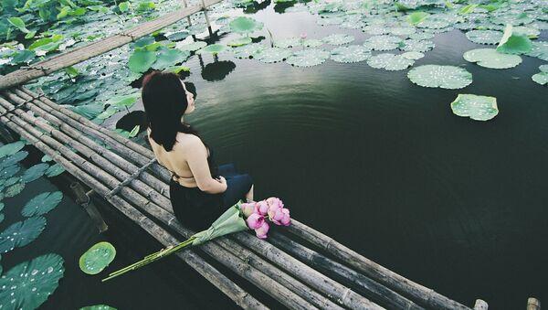Сô gái chụp ảnh bên hoa sen - Sputnik Việt Nam