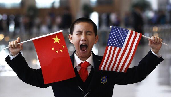 Cậu bé cầm cờ Trung Quốc và Mỹ tại Bắc Kinh - Sputnik Việt Nam