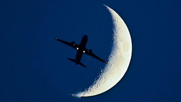 Máy bay Airbus A320 trên cảnh nền mặt trăng mọc - Sputnik Việt Nam