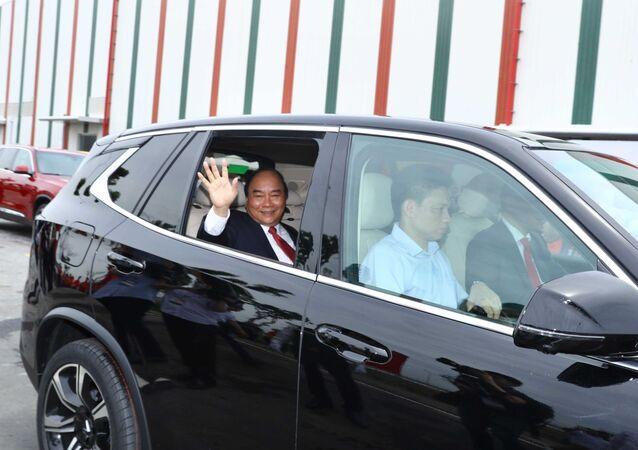 Thủ tướng Nguyễn Xuân Phúc kiểm tra chất lượng vận hành xe Vinfast.
