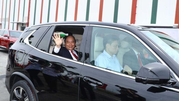 Thủ tướng Nguyễn Xuân Phúc kiểm tra chất lượng vận hành xe Vinfast. - Sputnik Việt Nam
