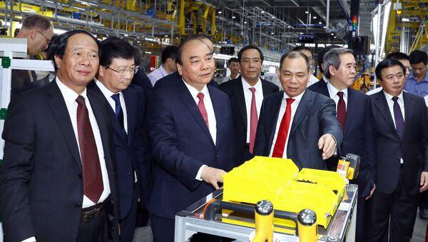 Thủ tướng Nguyễn Xuân Phúc và các đại biểu thăm xưởng lắp ráp Nhà máy sản xuất ô tô Vinfast.  - Sputnik Việt Nam