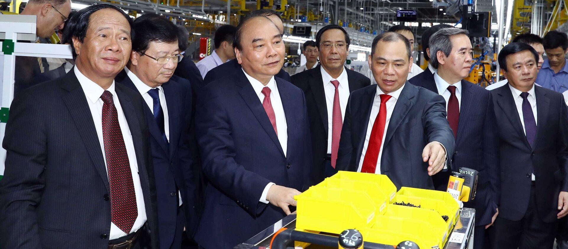 Thủ tướng Nguyễn Xuân Phúc và các đại biểu thăm xưởng lắp ráp Nhà máy sản xuất ô tô Vinfast.  - Sputnik Việt Nam, 1920, 20.06.2019