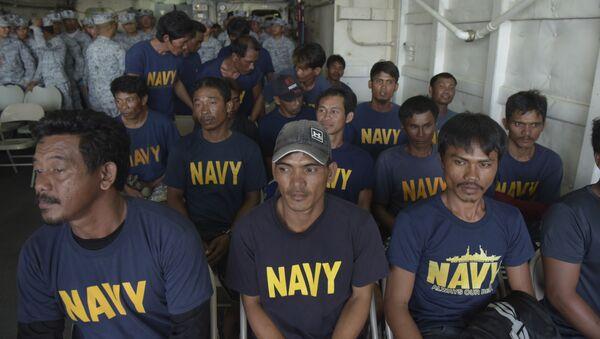 Các thủy thủ người Philippines được cứu hộ trên tàu BRP Ramon Alcuaz - Sputnik Việt Nam