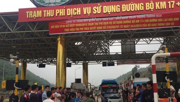 Người dân phản đối việc thu phí chưa hợp lý tại Trạm thu phí QL6 - Hòa Lạc, Hòa Bình.  - Sputnik Việt Nam