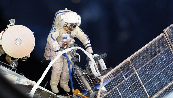 Российский космонавт во время выхода в открытый космос - Sputnik Việt Nam