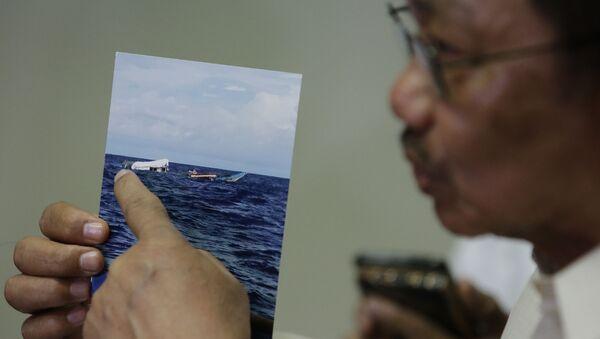 Bộ trưởng Nông nghiệp Philippines trình bức ảnh chụp tàu cá Philippines gặp nạn trong buổi họp báo hôm 17/6. - Sputnik Việt Nam