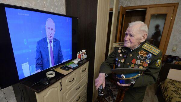 Cựu chiến binh Chiến tranh Vệ quốc vĩ đại, Mikhail Rezepin xem Giao lưu trực tuyến với Tổng thống Vladimir Putin 2019 - Sputnik Việt Nam