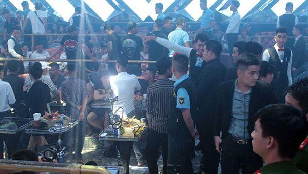 Bên trong quán bar lúc cảnh sát ập vào kiểm tra - Sputnik Việt Nam