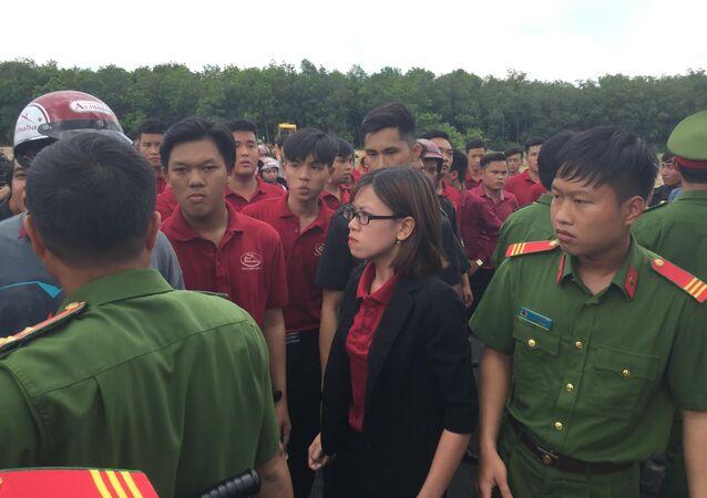 Nguyễn Huỳnh Tú Trinh luôn chống đối, chỉ đạo nhân viên Tập đoàn địa ốc Alibaba  đập phá xe múc của đoàn cưỡng chế