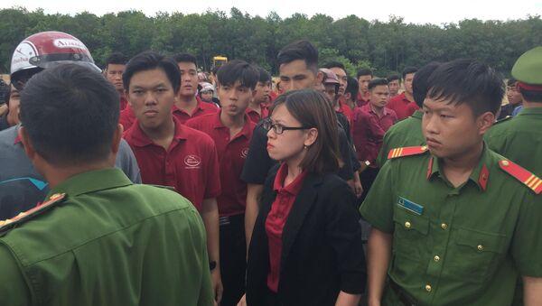 Nguyễn Huỳnh Tú Trinh luôn chống đối, chỉ đạo nhân viên Tập đoàn địa ốc Alibaba  đập phá xe múc của đoàn cưỡng chế - Sputnik Việt Nam